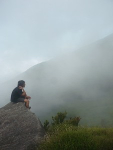 21. Istirahat sejenak sebelum mencapai puncak 2, pemancar (watu tulis).