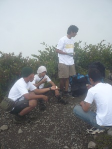 46. Ceremony memakan buah pear setibanya di puncak kenteng songo - puncak ke 6.