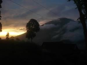 55. Sunset dari basecamp merapi dengan latar gunung merbabu.