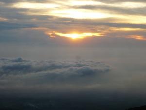 56. Sunrise dalam perjalanan menuju puncak gunung merapi.