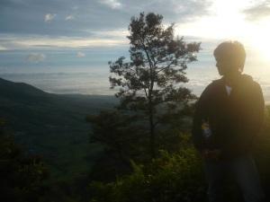 57. Sunrise dalam perjalanan menuju puncak gunung merapi.
